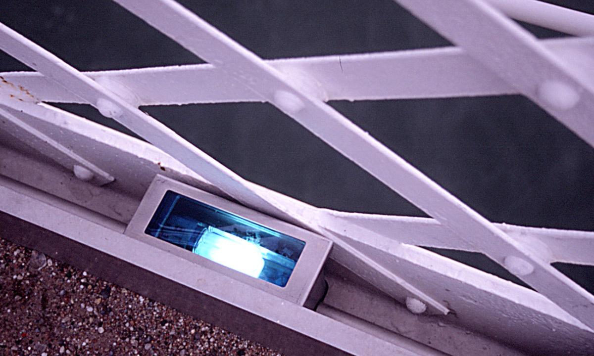 Passerelle du collège, Lyon, France - Éclairagistes : Duilio Passariello et Vincent Laganier - Festival Lyon Lumières 2000 © Vincent Laganier
