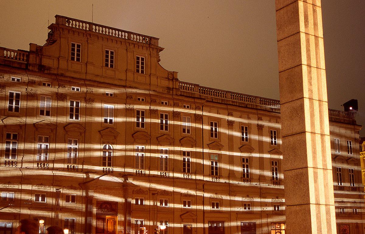 Réflexions, place des Terreaux, Lyon - Scénographes : Hélène Richard et Jean-Michel Quesne - Fete des lumières 2002 © Vincent Laganier