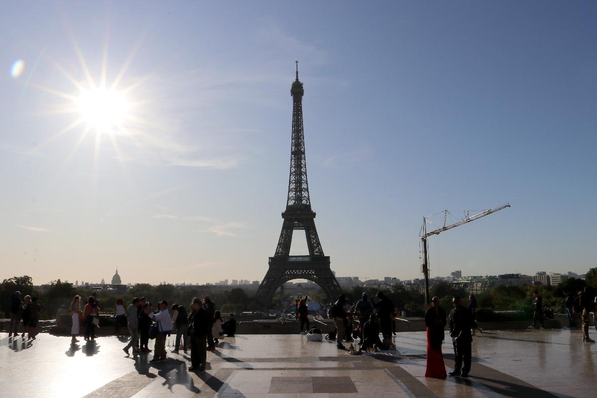 Éblouissement d'inconfort du Soleil avec la Tour Eiffel