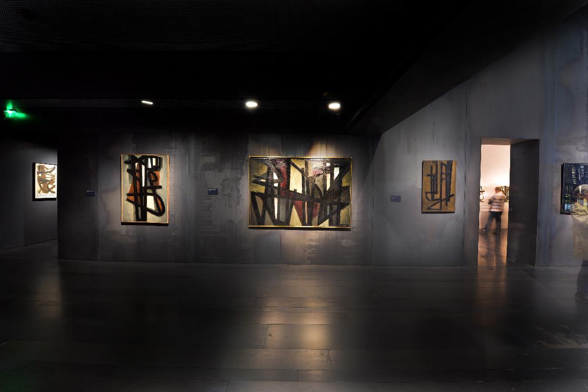 Musée Soulages, Rodez, France - espace intérieur, peintures de Pierre Soulages, éclairage accentuation