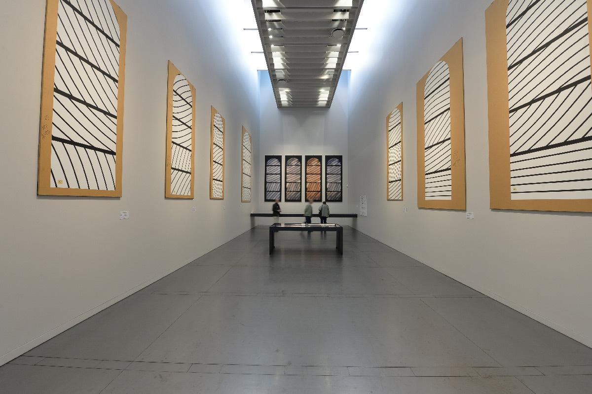 Salle des vitraux de Conques, dessins de Pierre Soulages, éclairage naturel et accentuation