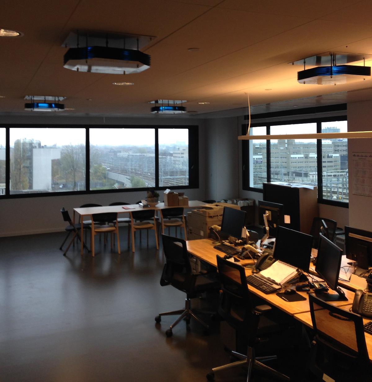 Désinfection de l'air avec un plafonnier UV-C dans espaces de bureaux