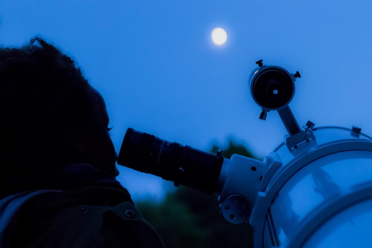 Ciel nocturne et observateurs de la Lune