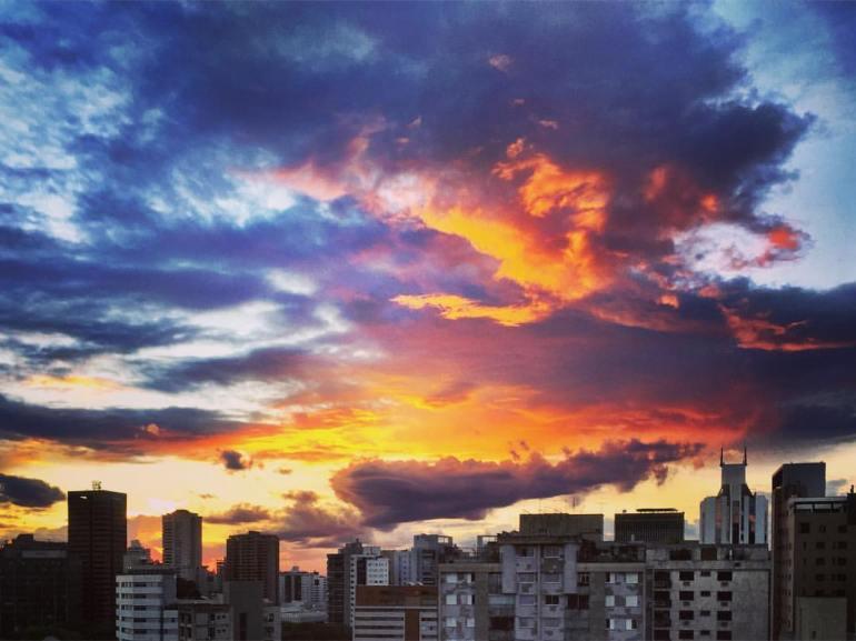 #paracegover A imagem mostra a skyline de Belo Horizonte vista do 19. andar de um prédio numa hora em que o céu está orgulhosamente apresentando um espetacular crepúsculo 😊 — at San Diego Suítes Lourdes.
