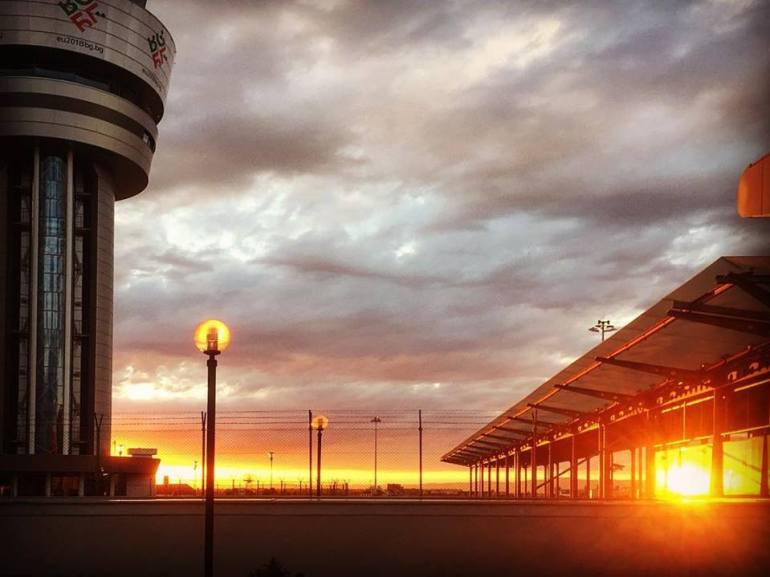 #paracegover Descrição para deficientes visuais: a imagem mostra um fantástico por-do-sol no aeroporto da cidade de Sofia.
