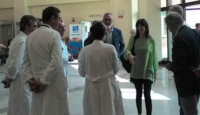 Raffaella Paita in un ospedale accolta dai camici bianchi