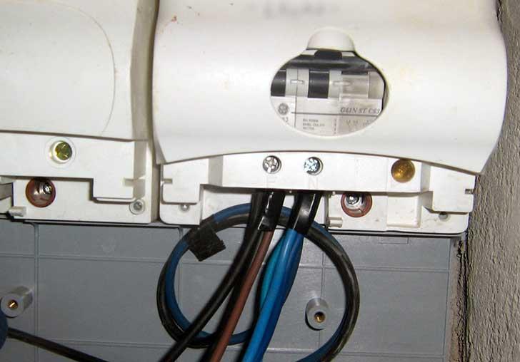 Rubano la corrente elettrica del condominio. Due genovesi denunciati