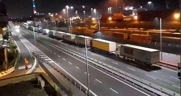 Proseguono nella notte i blocchi ai varchi per l'accesso al porto di Genova
