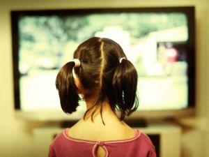 bambino-davanti-tv