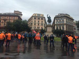 Dipendenti Iren bloccano piazza Corvetto