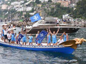 L'equipaggio di Amalfi festeggia la vittoria