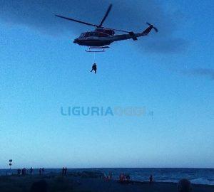 Elicottero in azione a Voltri