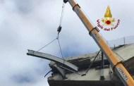 Ponte Morandi - Vigili del Fuoco rimuovono guard rail pericolante