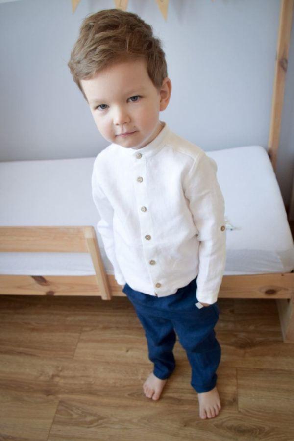 biala-elegancka-naturalna-koszula-dla-chlopca-granatowe-spodnie-86-92-98-104-110-116-122-128-drewniane-lozeczko-domek-handmade-naturalny-retro-klasyczny-styl-lilen