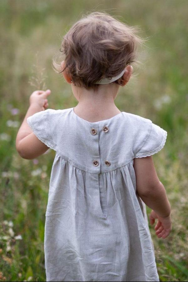 rosnaca-z-dzieckiem-dziewczeca-sukienka-jasny-bez-naturalny-len-dla-dziewczynki-w-stylu-prowansalskim-koronkowa-boho-prostota-minimalizm-wykonana-w-polsce-lilen