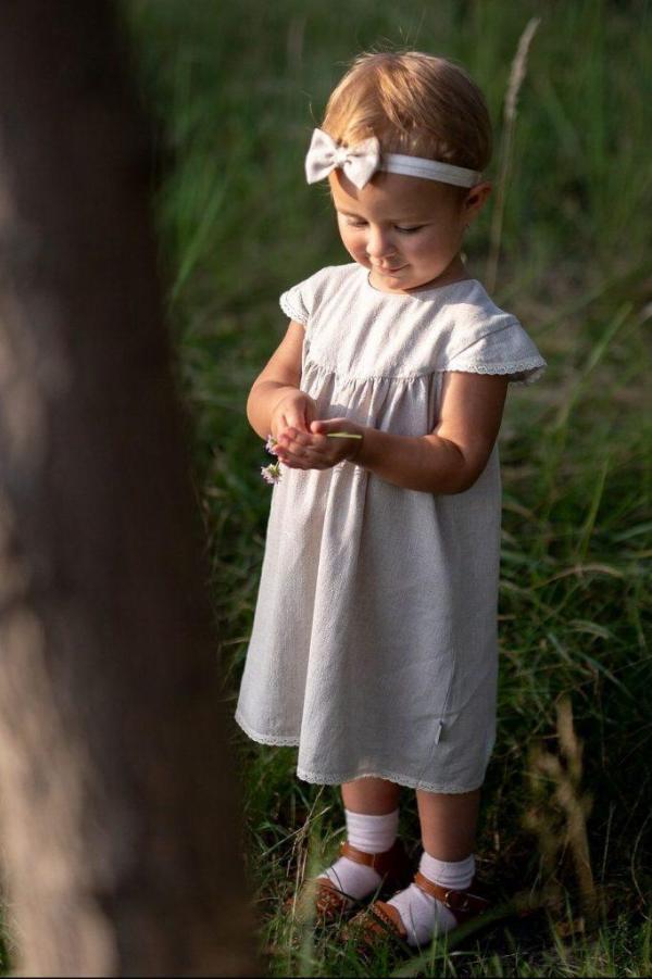 skromna-prosta-sukienka-na-chrzest-roczek-dla-dziewczynki-produkt-polski-fairtrade-moda-dla-dzieci-lilen