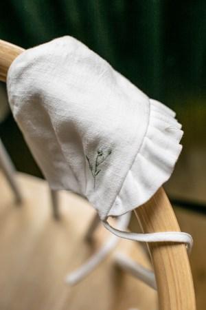 biala-czapeczka-dla-niemowlaka-do-chrztu-lniana-bawelniana-bonetka-retro-handmade-szyta-w-polsce-lilen