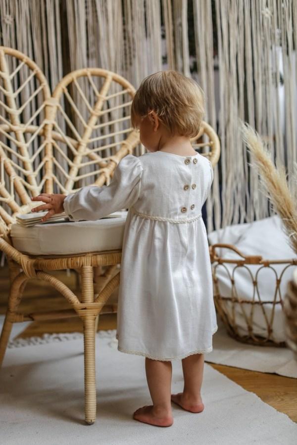 sukienka-dla-dziewczynki-na-chrzest-w-stylu-boho-vintahe-naturalnym-klasyczna-rosnie-z-dzieckiem-lilen-bohoswing-boho-swing-ratanowy-fotel-makrama-szydelkowe-zacisze