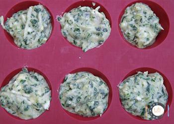 remplissage des moules de la préparation cakes chèvre épinard