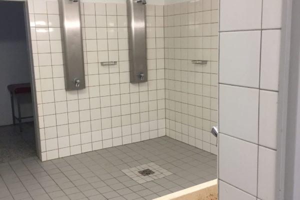 Charme einer Badeanstalt - die Duschen