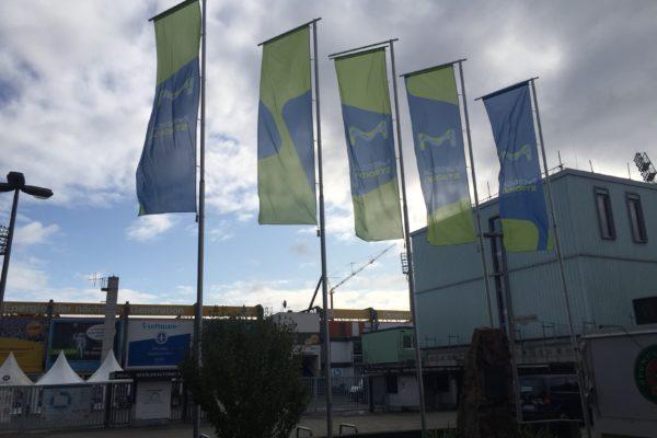 Vor dem Stadion: Die Fahnen im Wind