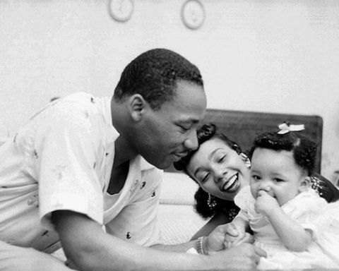 Image MLK with family