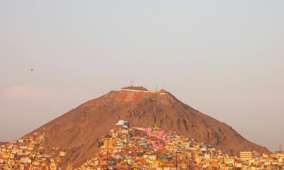 El cerro San Cristobal desde el Parque de la Muralla bordeando el río Rimac, la principal fuente de agua para Lima. Foto por Natalia Piland.