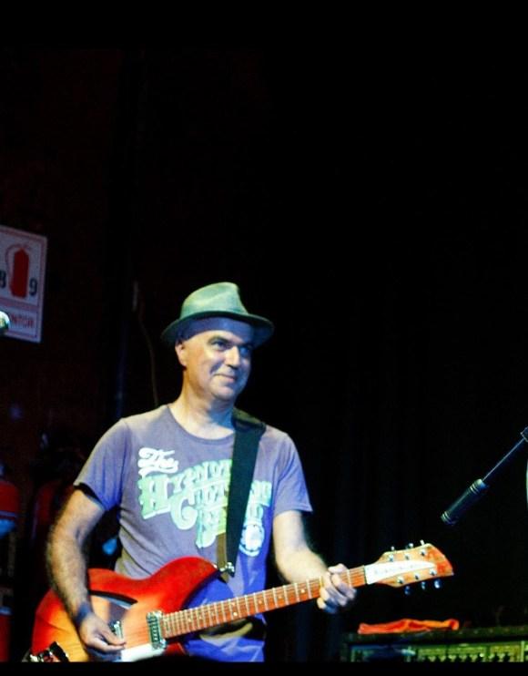 Pedro Solano con su guitarra en un concierto de la banda del cual forma parte, Cementerio Club.