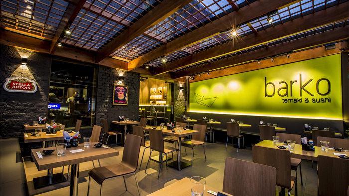 Restaurante japons com iluminao peculiar  limaonagua