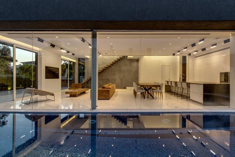 Casa com piscina adjacente  sala de estar  limaonagua