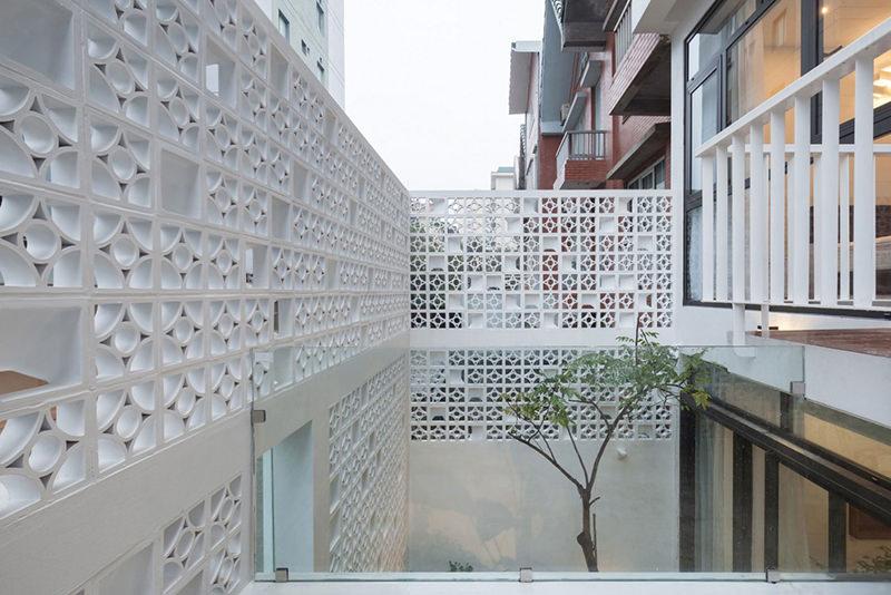 Casa com fachada decorada com cobogs se destaca na