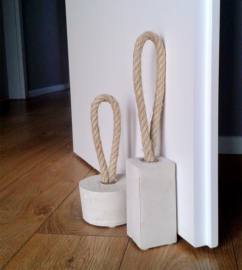 DIY charmoso peso de porta feito de corda e concreto