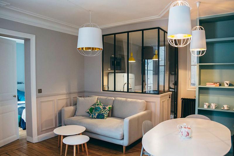 Apartamento com cozinha separada por painis de vidro