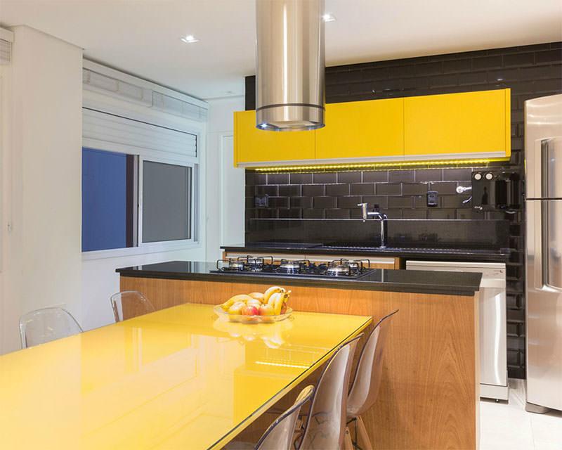 Apartamento com cozinha que explora o contraste do amarelo