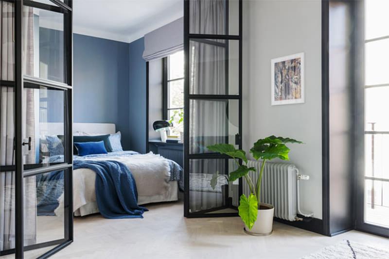 Pequeno apartamento utiliza divisria de vidro para