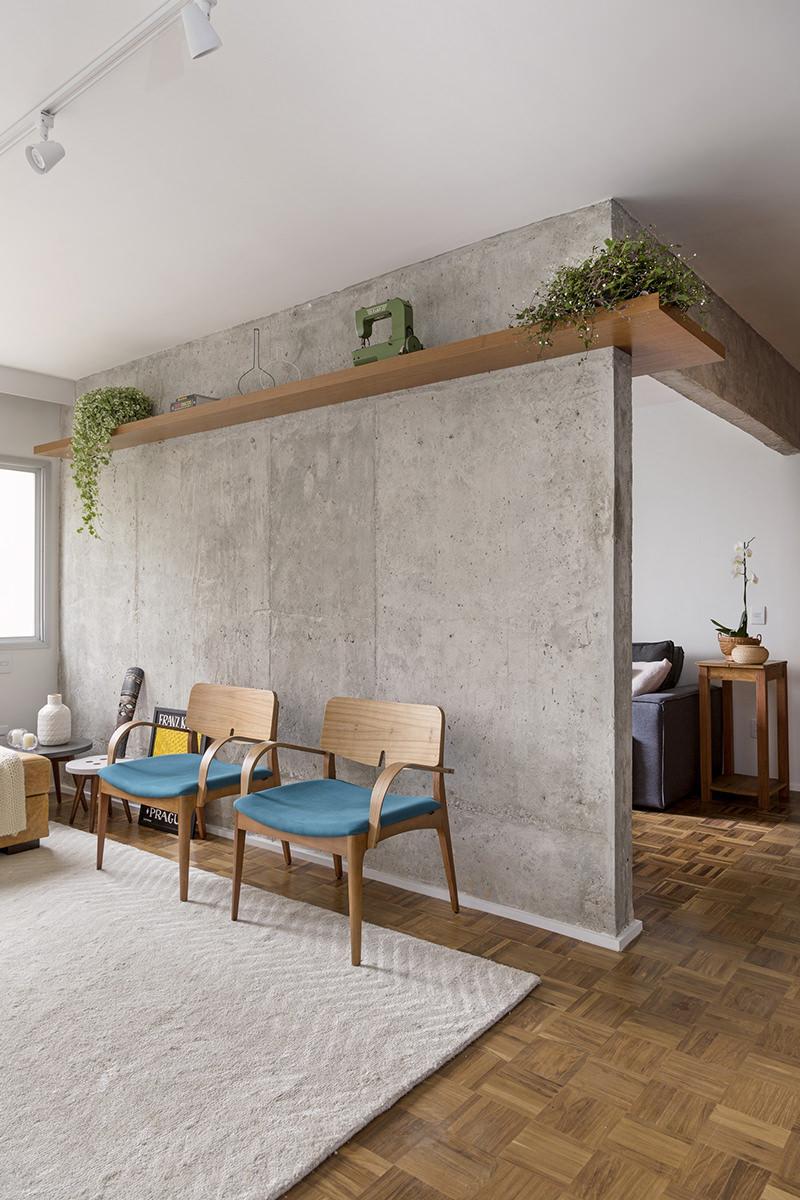 Apartamento com paredes em concreto combina tons de cinza