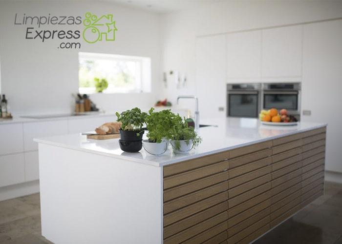 Cmo limpiar los armarios de madera de la cocina  Limpieza