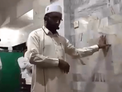 Imam defies earthquake, leads prayer as tremor hits mosque in Indonesia