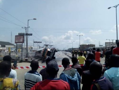 Lagos Fire Service temporarily shuts down Ikoroduroad as tankerfalls and spills fuel