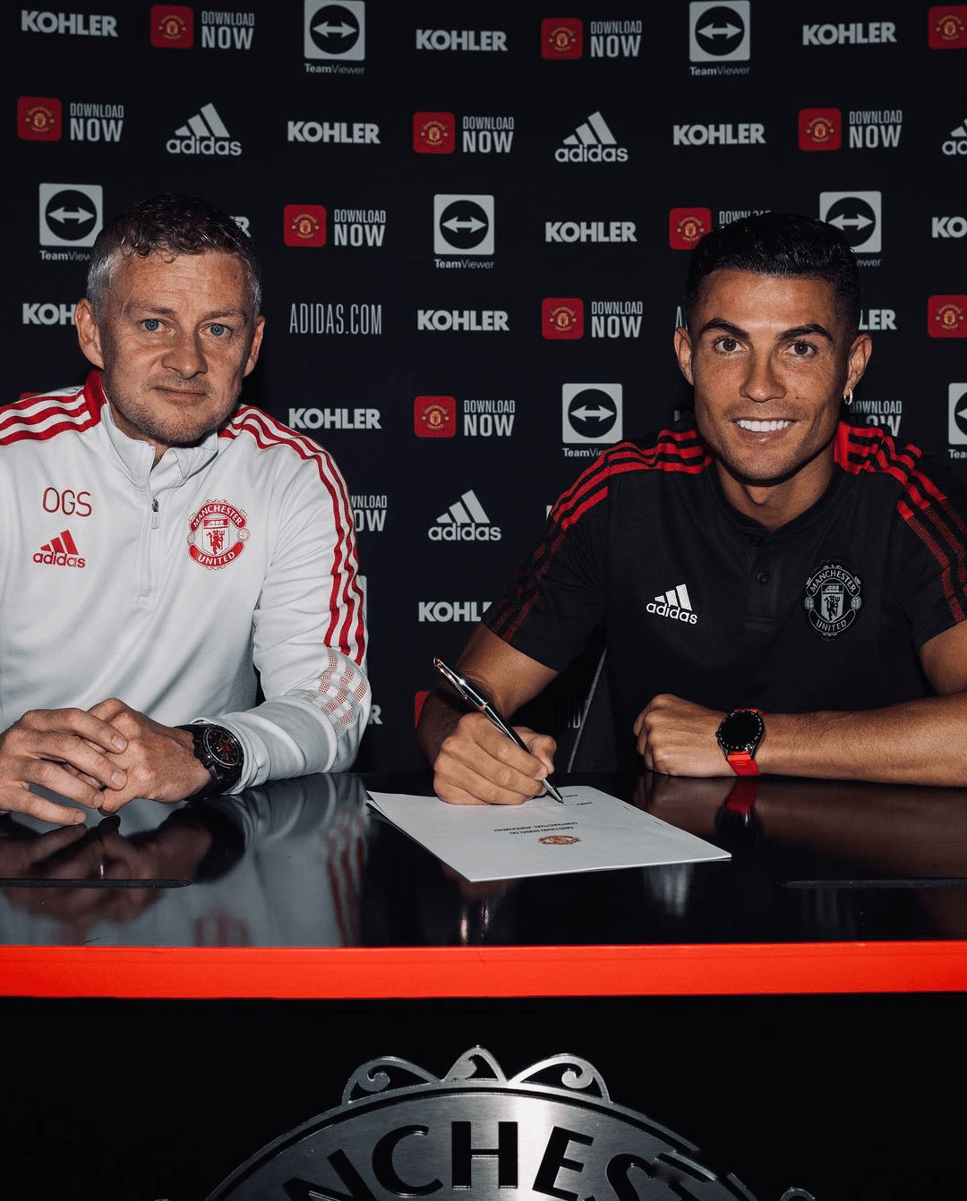 Manchester United release official photos of Cristiano Ronaldo's signing