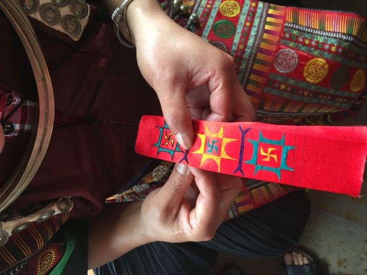 Broderi till dräkterna, traditionella mönster och symboler.