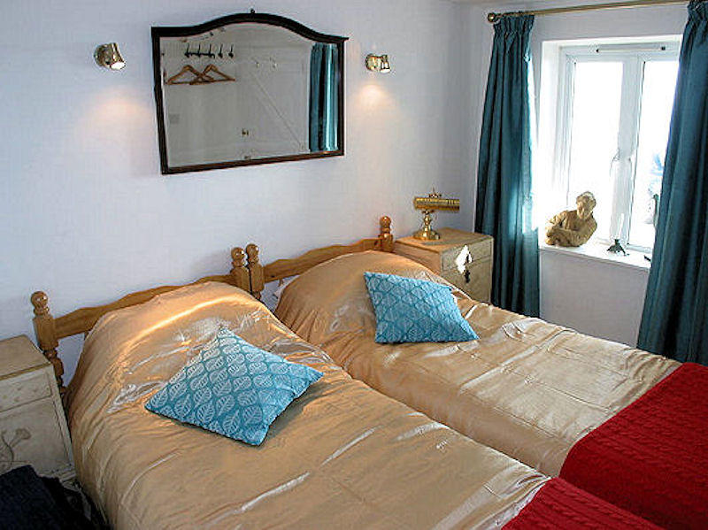 Boak Twin Rooms - self catering cottage Coverack Cornwall