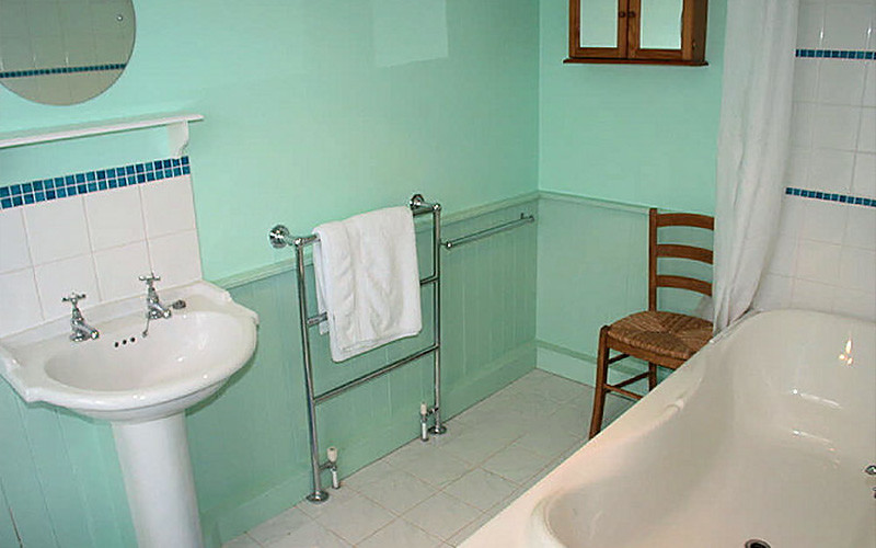 Self Catering Cornwall - bathroom - Chymor Cottage