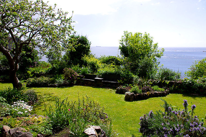 Self Catering Coverack Cornwall beautiful gardens