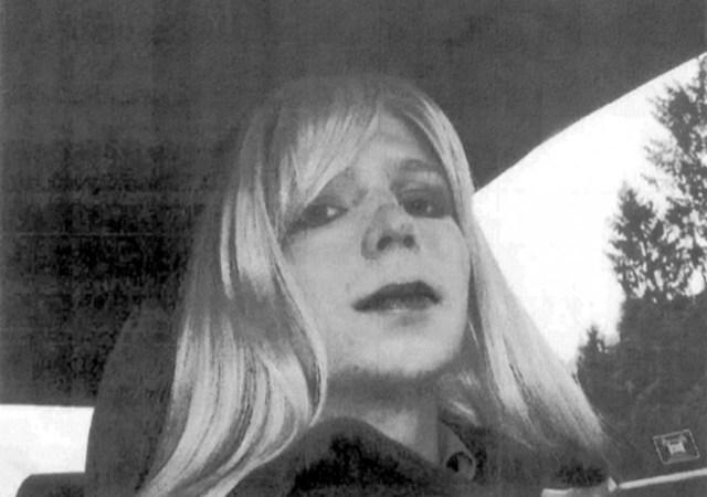 Manning con una parrucca bionda