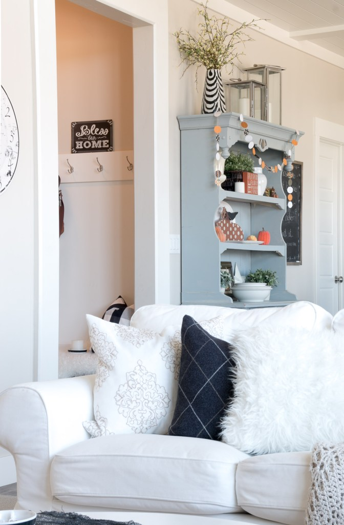 halloween-tour-living-room-into-mudroom