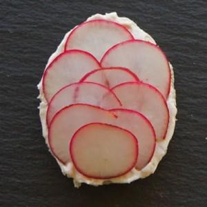 Oeuf canapé fromage frais radis
