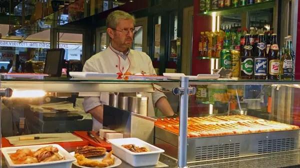 Marché Naschmarkt, Wien - marchand de saucisses