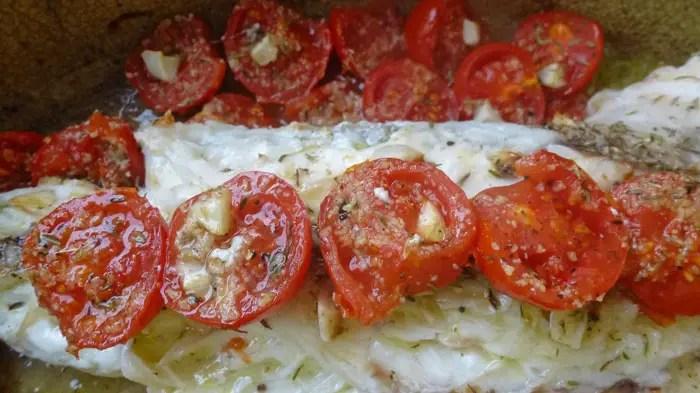 Queue de lotte rôtie avec des tomates cerises