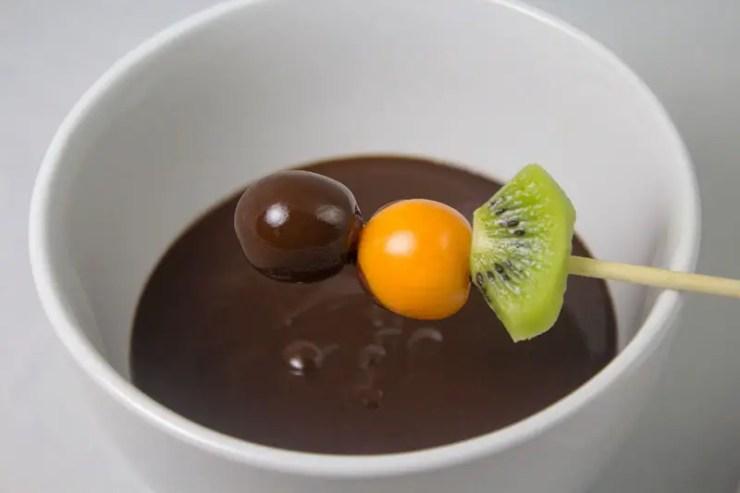 Bol de fondue de chocolat aux fruits